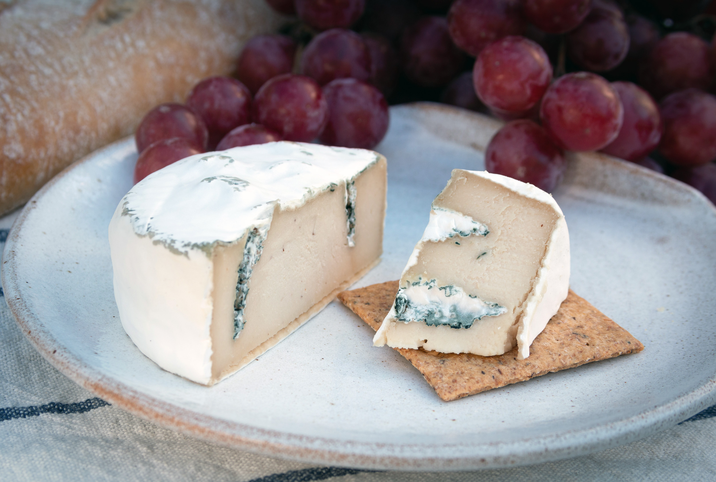 MousesFavourite-camblue-vegan-cheese-cut-cracker-grapes